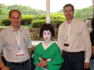 Alexander Mense (li) und Stefan Sabutsch (re) beim Abschiedsabend des HL7 WGM in Kyoto